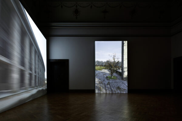 David Claerbout, Olympia (The real time disintegration into ruins of the Berlin Olympic stadium over the course of a thousand years), Galerie Rudolfinum. Foto: Martin Polák